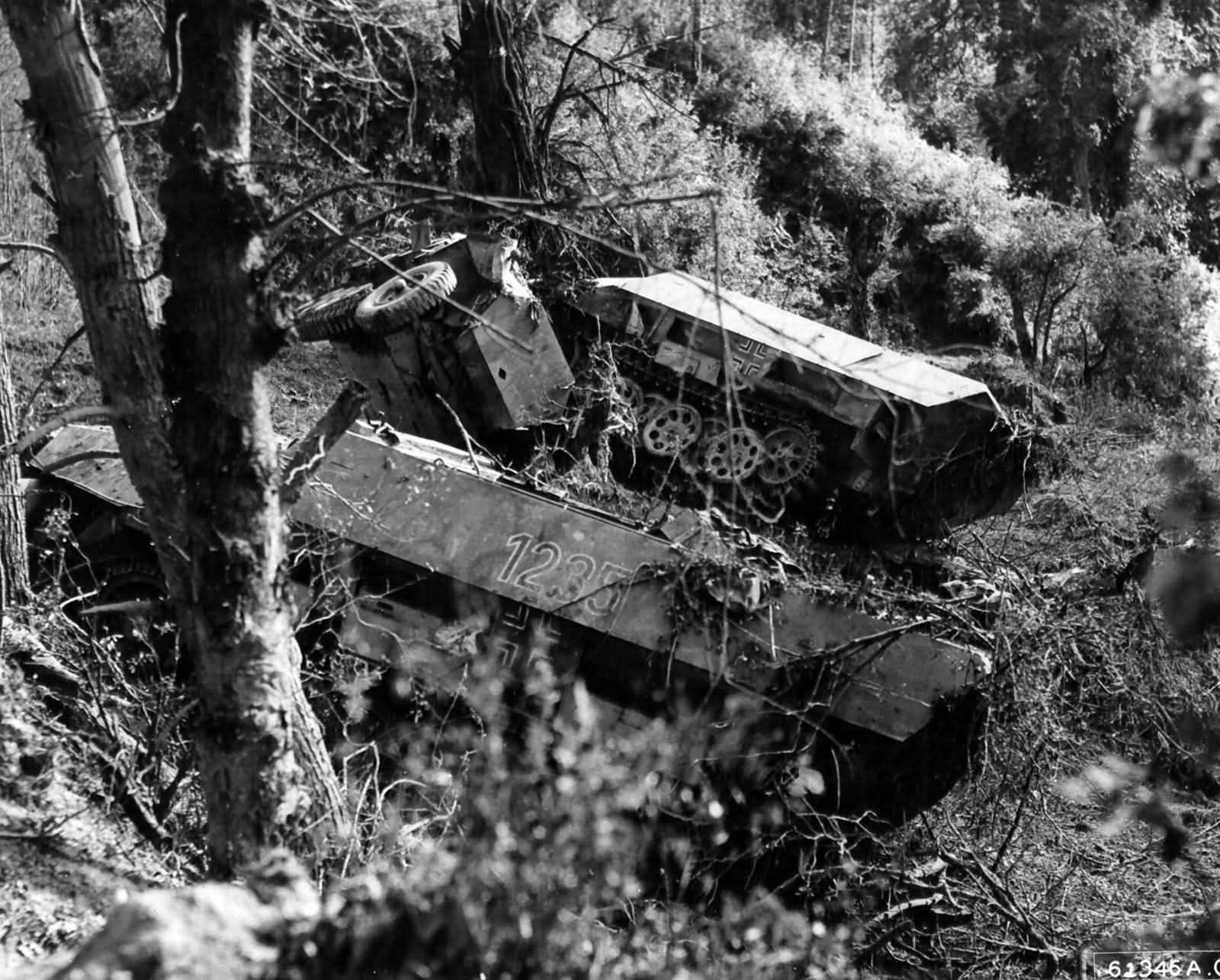 фото брошенной военной техники времен вов видео видно