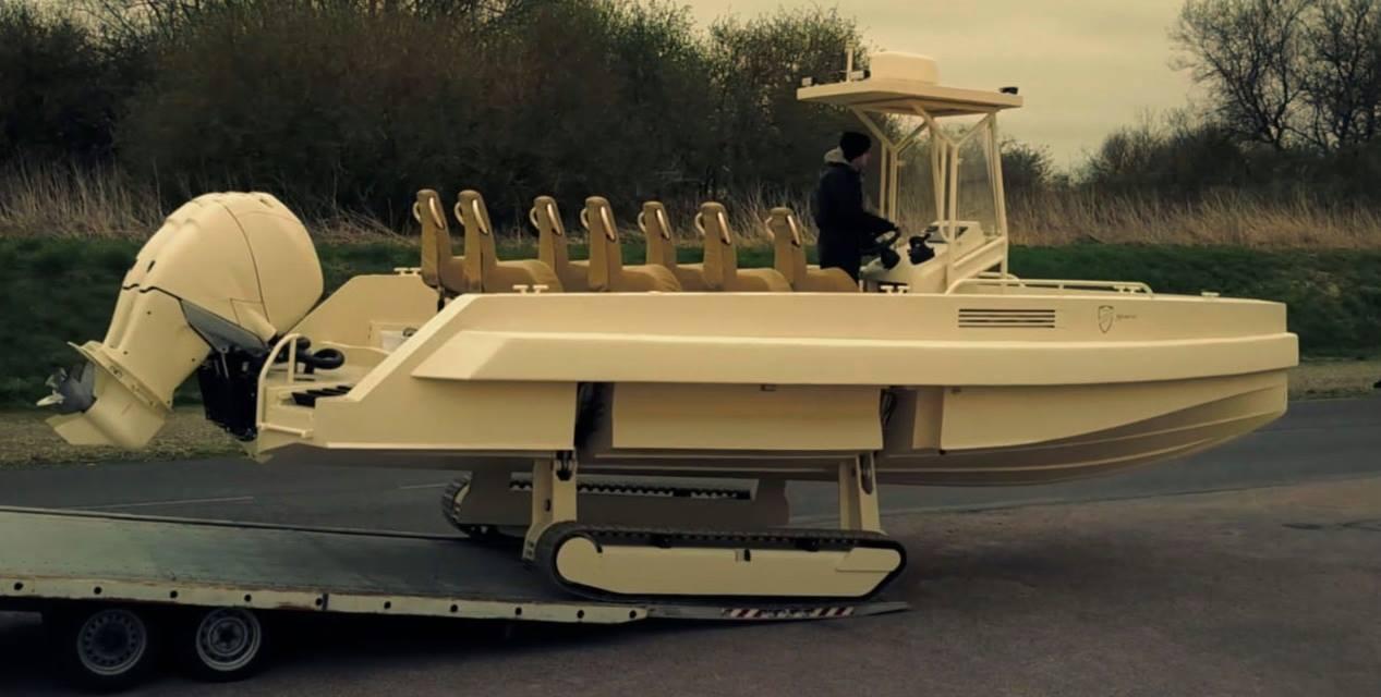 Військовий човен з гусеницями