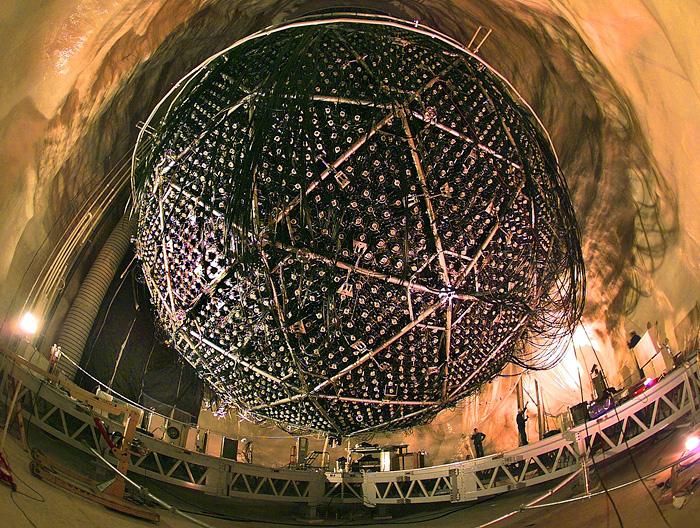 Простенький детектор нейтрино. Ах да, эта хреновина ещё и расположена в 2 км под земной поверхностью)))