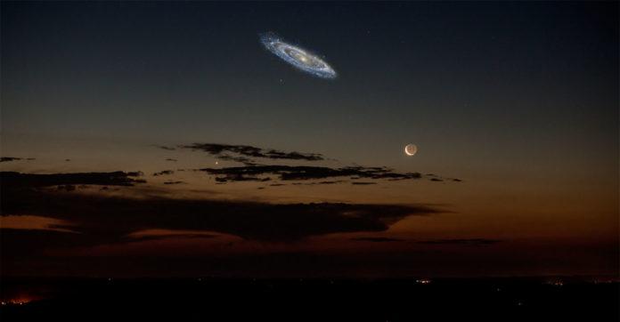 Так выглядела бы туманность Андромеды на звёздном небе, если бы мы имели более светочувствительное зрение; правда, и звёздное небо выглядело бы немного иначе