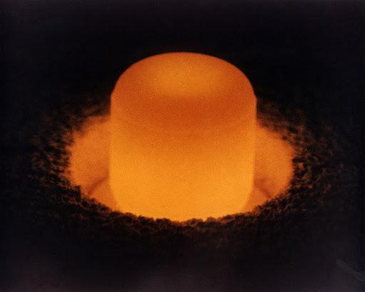 Плутоний настолько радиоактивен, что энергия распада атомных ядер нагревает его докрасна