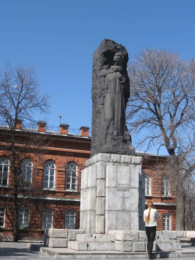Карл Маркс изображён прикованным к скале, как Прометей. Памятник создан в 1920 г.