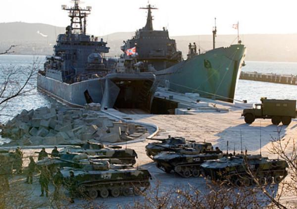 Высадка десанта с Больших десантных кораблей Черноморского флота. Фото с сайта МО РФ.