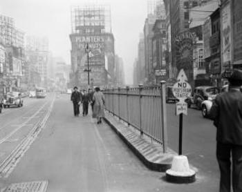 Забор, отделяющий Бродвей от Седьмой авеню, не дает перейти дорогу в неположенном месте, 1938 год