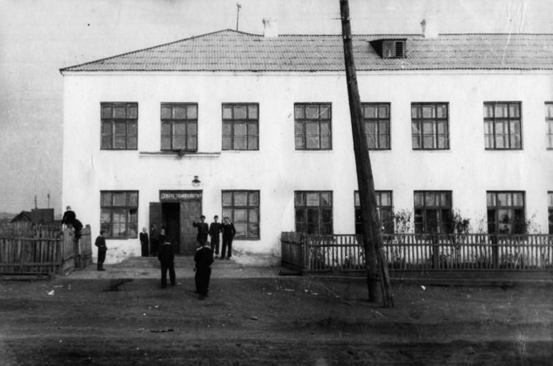 1950-е годы. Здание школы, где был эвакогоспиталь. Фото предоставлено Н. Плехановой (г. Юрюзань).