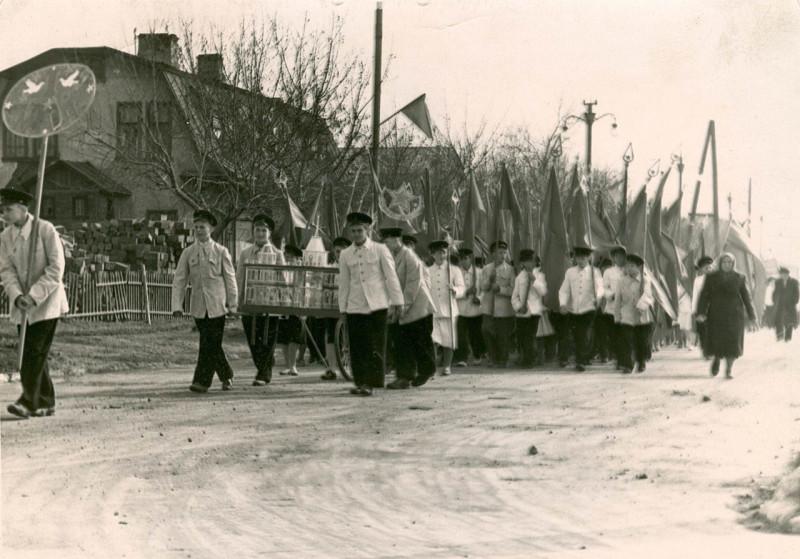 1950-е годы. Улица Плеханова. Слева – дом по ул. Плеханова, 40. Фотография из альбома группы «Челябинская старина» (социальная сеть «Одноклассники»)