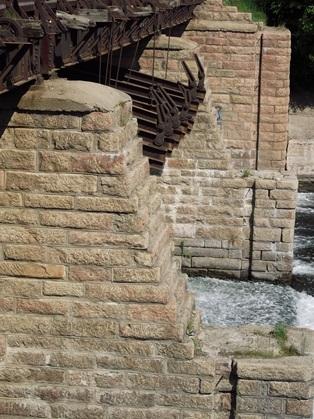 Контрфорсы плотины, облицованные гранитными блоками. Май 2013 г. Источник: https://fotki.yandex.ru/next/users/ded-pixto-chel/album/349696/view/727851