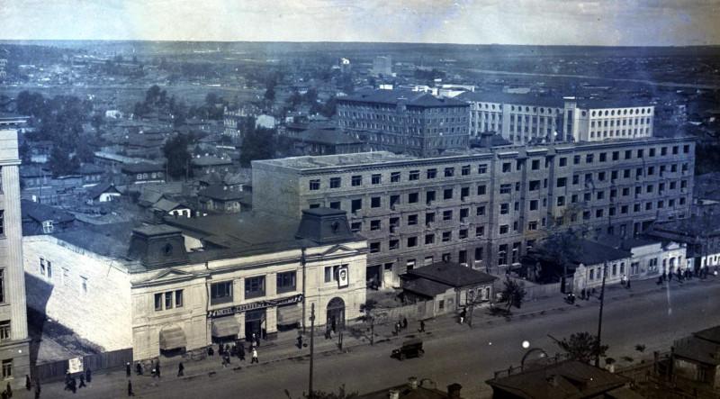 Вторая половина 1930-х гг. Справа на втором плане здание НКВД. Фотография из фонда Государственного исторического музея Южного Урала