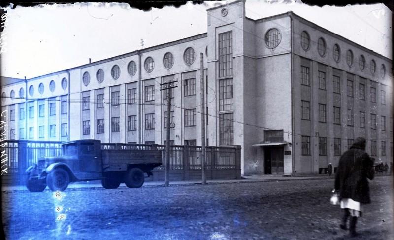 Вторая половина 1930-х гг. Вид на здание НКВД со стороны улицы Елькина. Фотография из группы «Челябинская старина» (социальная сеть «Одноклассники»)