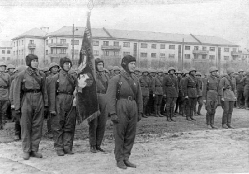 16 мая 1942 года. Проводы на фронт 97-й бригады тяжёлых танков. Фотография из музея истории гимназии №48