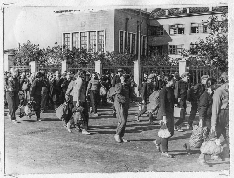 1960 год, 13 сентября. Школьники 48-й школы отправляются на спортивно-туристический праздник «Золотая осень». Фотография из музея истории гимназии №48