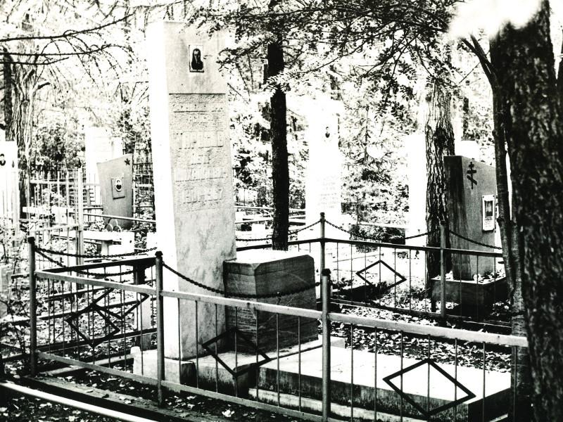 Фото 1983 года. Источник: Могила хирурга Тарасова П.М./Памятник истории и культуры СССР//Составитель Колпакова В.С. – 1 декабря 1983