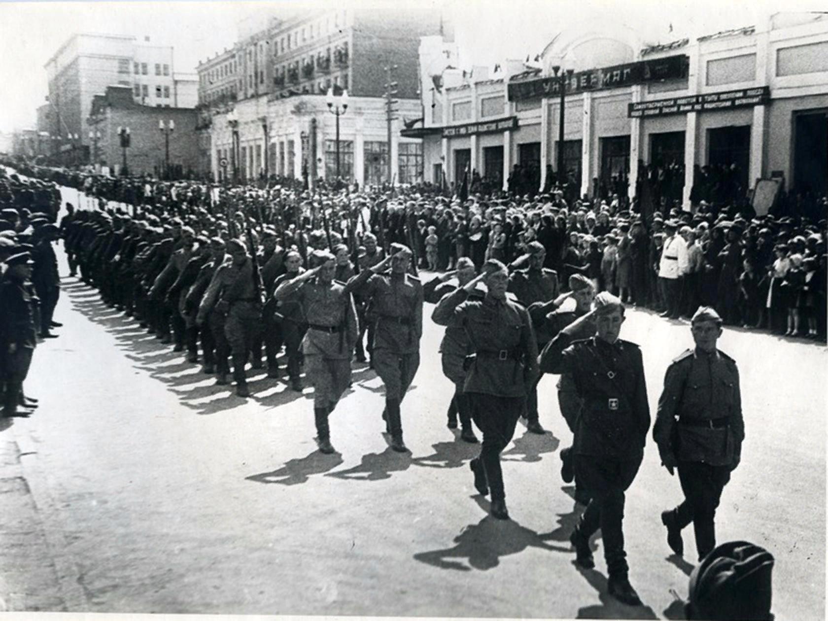 Парад Уральского добровольческого танкового корпуса им. Сталина перед отправкой на фронт. 1943 г.