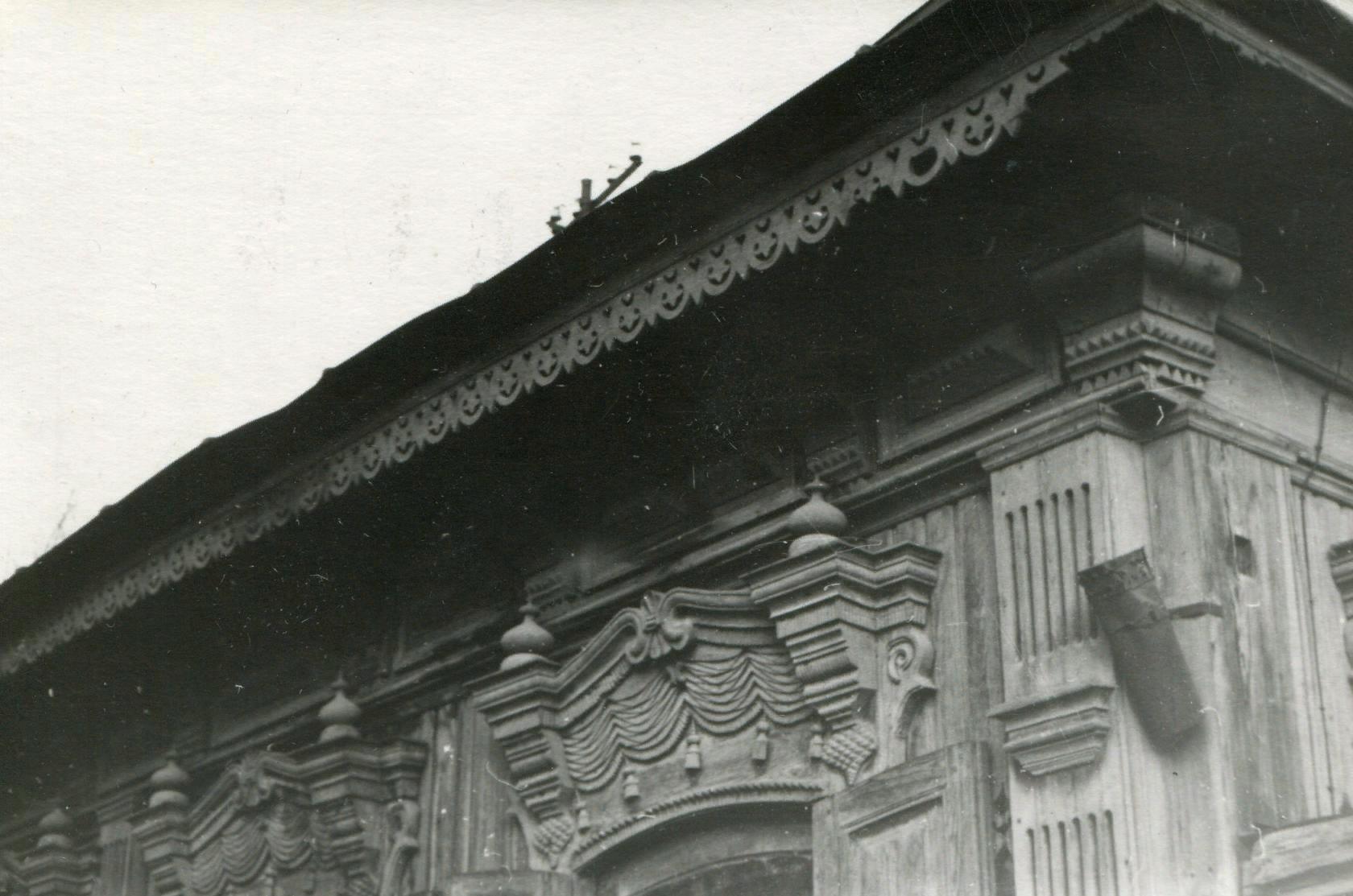 Фрагмент углового декора: подшивной карниз, украшенный выпиловкой, угловой модульон, пилястра с декоративным карнизом ОГАЧО. Ф.Р-1845. Оп.2. Д.42.