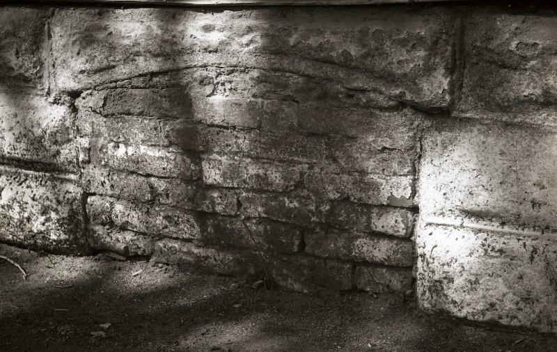 Заложенное окно подвального помещения бывшего дома Культина. 1993 год. Фотография из фонда Центра историко-культурного наследия Челябинска