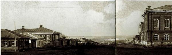 """Фотография до 1910 г. из альбома """"Старый Челябинск в открытках и фотографиях"""". Ч.: Каменный пояс, 2008. Слева третий от угла дом купеческий, а четвёртый - лавка."""