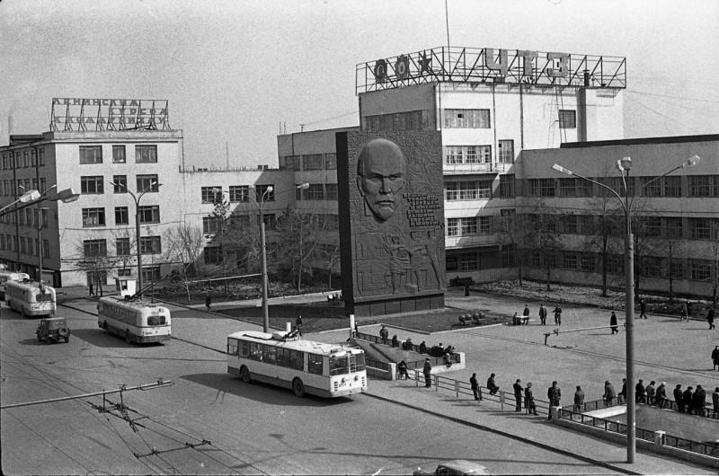 ЧТЗ. Заводоуправление. Окончание рабочей смены. Фото М. Петрова.1979 г.