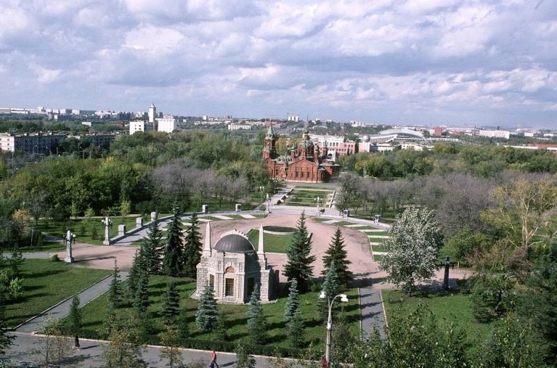 Мемориальный одиночный комплекс из двух видов гранитов Площадь Революции памятник с ангелом Моздок