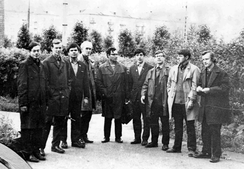 Нижний Тагил. Слева направо: Силиницкий, Сериков, Ященко, я, наш сопровождающий, Розенфельд, Сурин, Ломовцев, Белов.