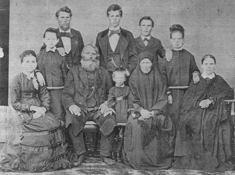 Парфён Галанин и его семья. Фото предоставлено В. Ашитковым (г. Верхнеуральск).