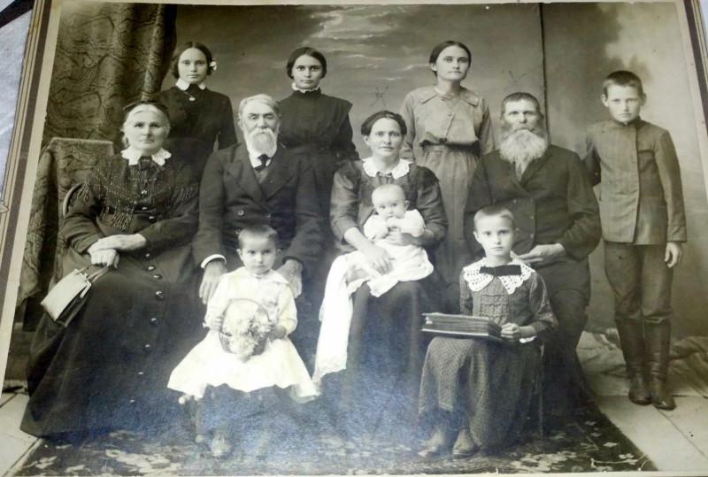 Фото семьи Якова  Галанина. Фото предоставлено В. Ашитковым (г. Верхнеуральск).