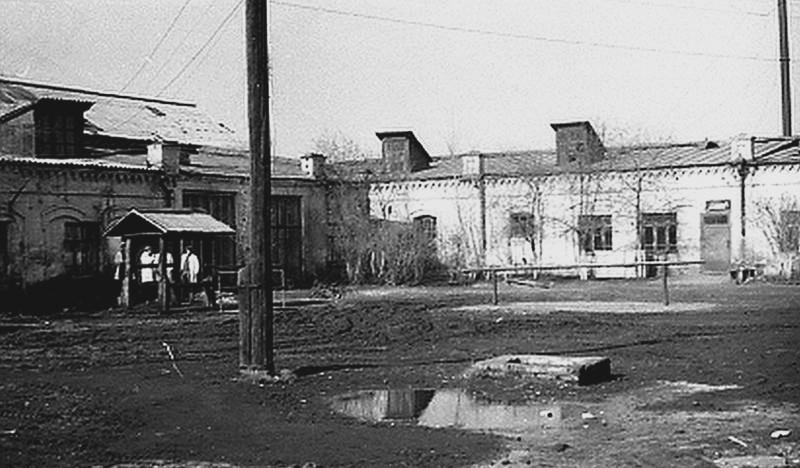 1975 год. Фото предоставлено Д. Белоусовым (г. Троицк). На фото двора по Разина, 20 помещения прямо  и слева с большими окнами - кафедра хирургии, а левее - каф. терапии ТВИ.