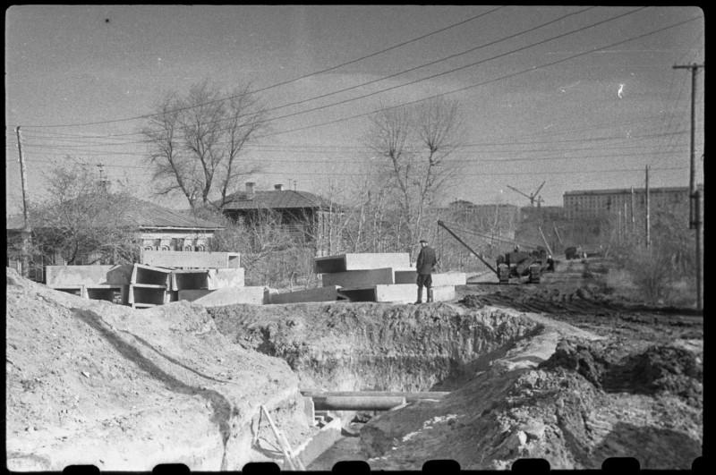 """1965 год. На заднем плане - строительство плавательного бассейна """"Электрометаллург""""."""
