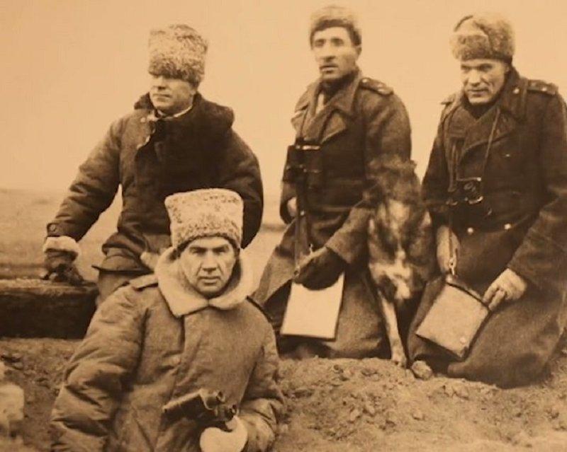 Источник: https://teni-istorii.ru/blog/43224213324/%C2%ABBelyie-perchatki%C2%BB.-Kak-general-CHuykov-uderzhal-Stalingrad-i-vz?nr=1