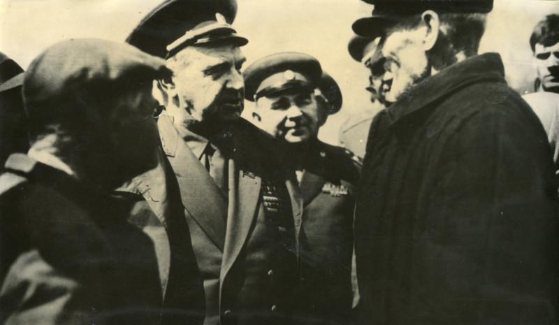 Источник: ОГАЧО. Ф.П-695, Оп.6, Д.1293, Л.1 В. И. Чуйков, маршал Советского Союза, на встрече с жителями села Воскресенка, июнь 1969