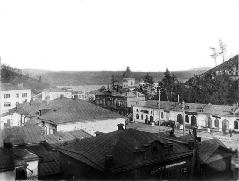 Златоуст. Вид на ул. Ленина(справа торговые ряды), слева - магазин Уралторга(бывший особняк купца Бакакина).  Фото 1932 г.