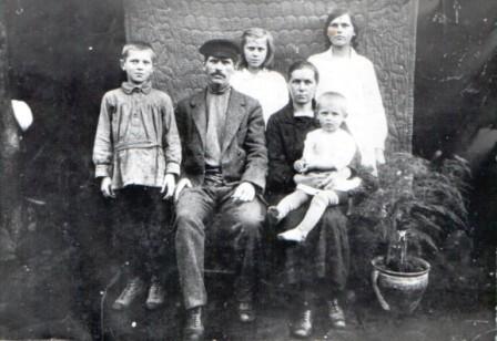 Семья Кондрина Федора Ивановича (слева Сергей Федорович Кондрин)