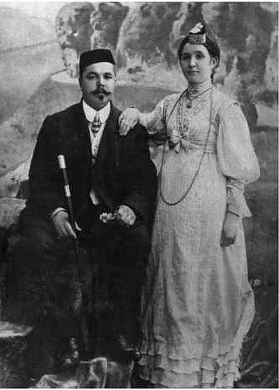 На фото Латифа с женой, жену зовут Камиля Галиулловна, урожденная Уразаева.