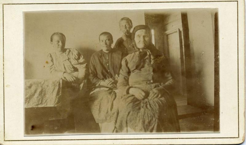 Сутягина (Кучина) Васса Григорьевна (слева) со свекровью Татьяной Ив Сутягиной (справа) и сестрой мужа Карповой (Сутягиной) Марии Ивановны (в центре)