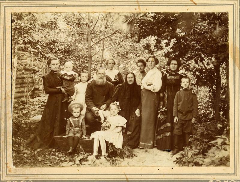 Семьи Кучиных и Сутягиных в саду. Около 1910
