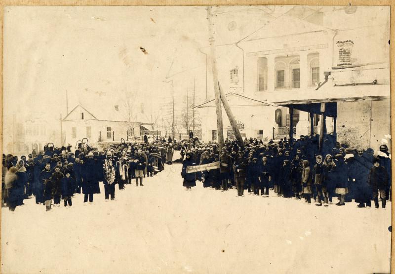 Похороны Кучина Г.Е. умершего 28 янв 1919 г по старому стилю Вынос гроба после отпевания. Катав-Ивановский з-д