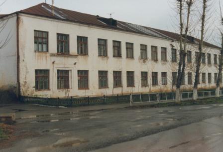 1976 год. Здание школы, где был эвакогоспиталь. Фото предоставлено Н. Плехановой (г. Юрюзань). Источник: https://yu-news.ru/история-средней-школы-1/