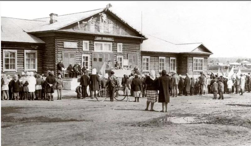 1970 год. Клуб, построенный на месте старой церкви. Источник: https://pastvu.com/p/412392
