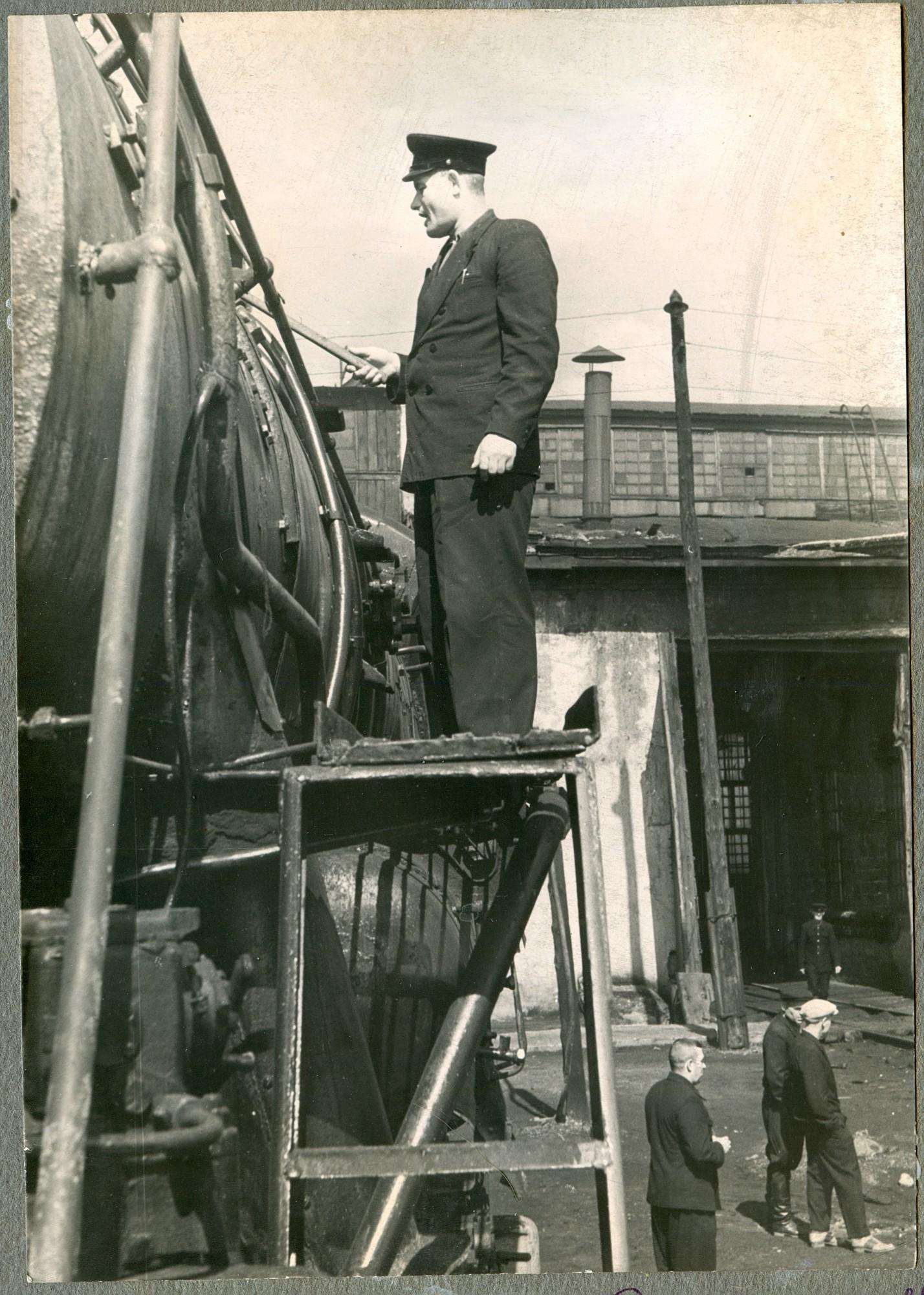 Общественный инспектор машинист Н.Ф. Сметанин  осматривает паровоз Л-4260, депо Нязепетровск, 1960-е годы