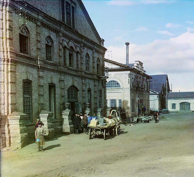 Улица заводских цехов Каслинского завода. Фото С.М. Прокудина-Горского, 1909 год.