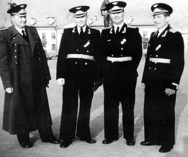 Доценко В.Я. (справа) с товарищами на параде Победы