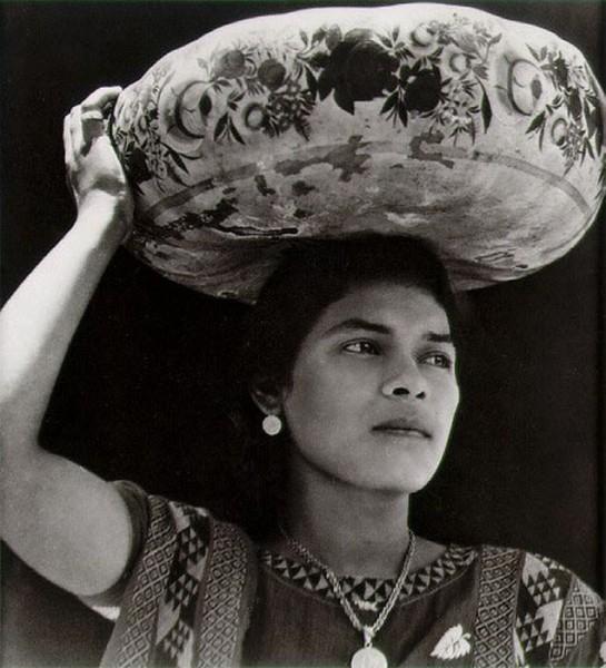 Tina-Modotti / Жительница Teuantepeka_с расписной миской на голове1929