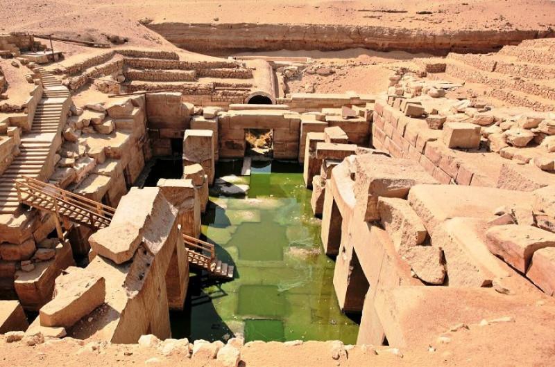 На фото раскрытая инсталляция одного из подземных Вечных домов бога в Египте (в Абидосе).