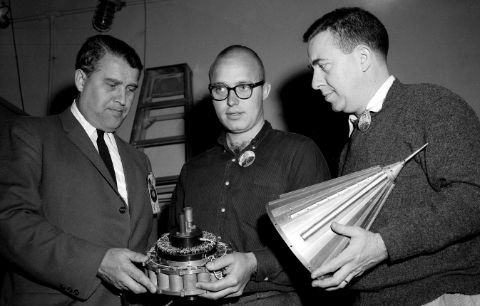 Вернер фон Браун (слева) и Пионер-4