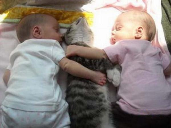 Фото маленьких детей в обнимку