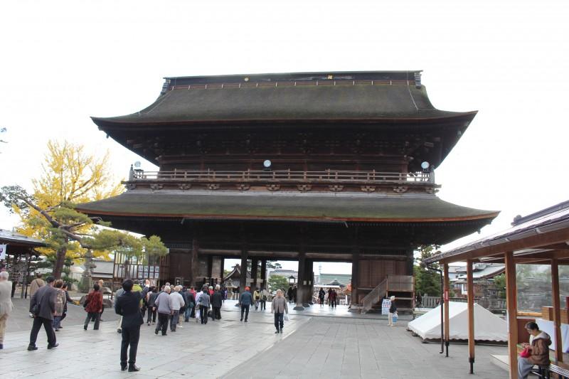 Главные ворота, к которым ведет улица Накамисэ.
