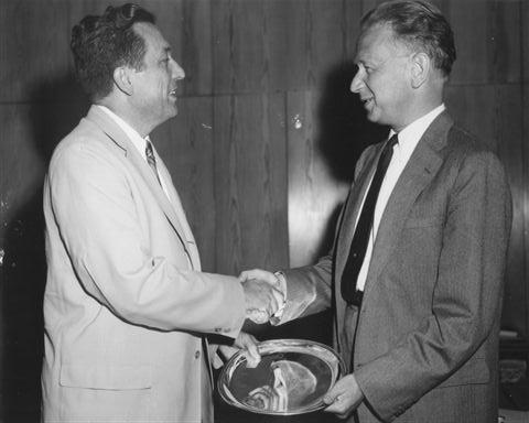 Даг Хаммершельд вручает деду памятный серебряный поднос