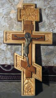 Резной крест работы Г. А. Подоляко
