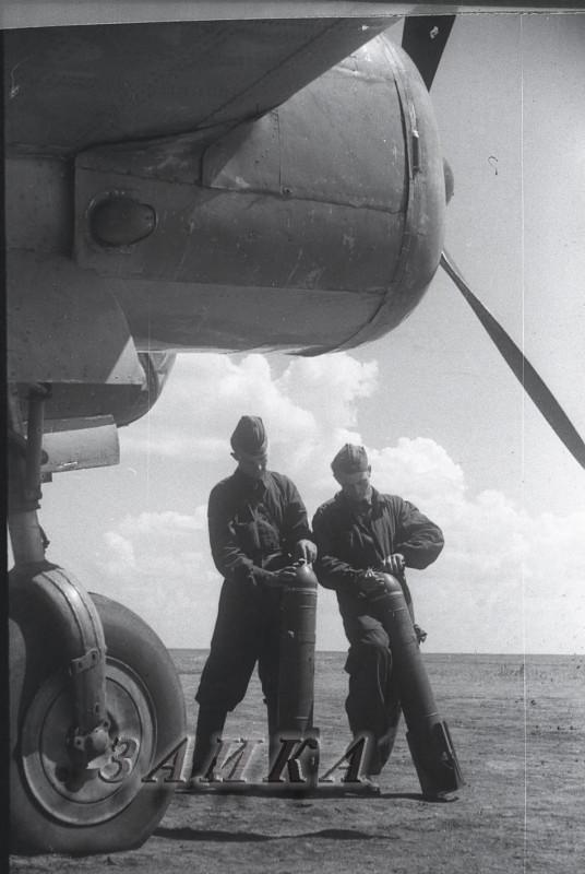 оружейники с САБ-15  у СБ 2-М-100А копия.jpg