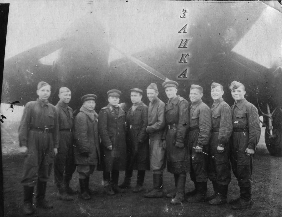 группа на фоне Ер-2 копия.jpg