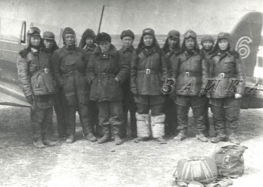 1951 инструктор Иван коваленко с китайскими учлетами 01 копия.jpg
